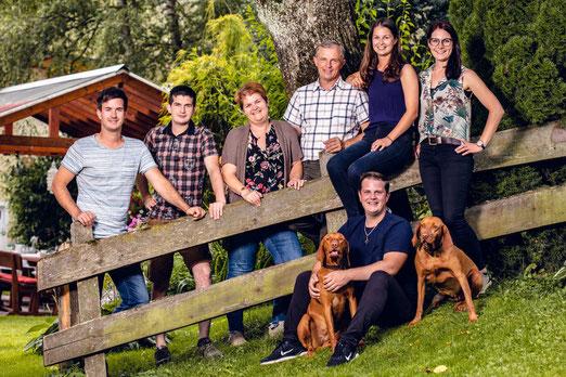"""Unsere Familie:  Laura, Gregor, David, Peter, Gitti und Philipp mit Carina leben nach dem Motto: """"Wer nicht das Unmögliche wagt, wird das Mögliche nie erreichen""""."""