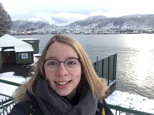 Josephine Metasch im verschneiten Bergen