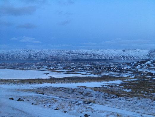 Blick auf das verschneite Akureyri