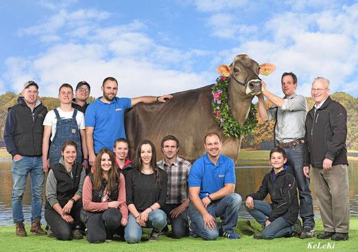 Team Braunvieh Schweiz mit der Braunvieh Champion Kuh JOYA