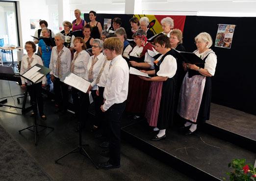 Vocalissimo Bern auf der Bühne beim Liedvortrag gemeinsam mit dem Frauenchor Gstaad-Saanen