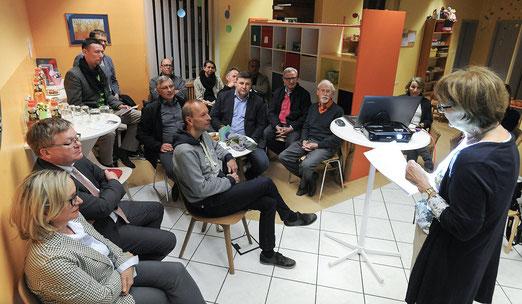 Im Besuchscafe des Kinderschutzbundes hatte sich die CSU-Fraktion versammelt, um sich über die Arbeit, aber auch die finanziellen Sorgen des Kinderschutzbundes zu informieren, die die KSB-Vorsitzende Brigitte Breitfelder ausführlich schilderte. (gf)