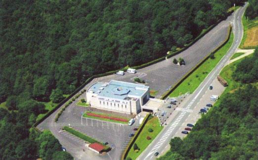 Mémorial musée de la bataille de Verdun situé au dessus du village de Fleury; la route que l'on aperçoit nous y conduit
