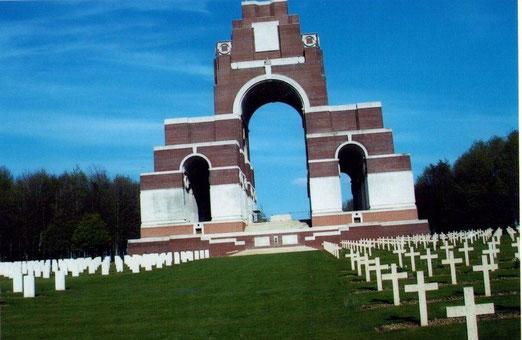 Mémorail de Thiepval: Il représente aujourd'hui le plus imposant des mémoriaux britanniques,,où plus de 160 000 visiteurs viennent se recueillir chaque année. Les noms des disparus sont inscrits sur ce monument