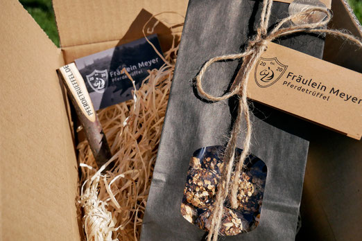 Pferdetrüffel in der Versandverpackung mit schwarzem Geschenkbeutel und Astkuli