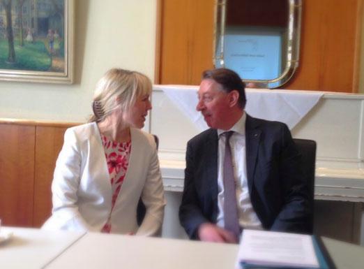 Foto: Präsident des Rotary Clubs Dortmund Reinhard Schulz in lebhafter Diskussion mit Mélanie Scheuermann
