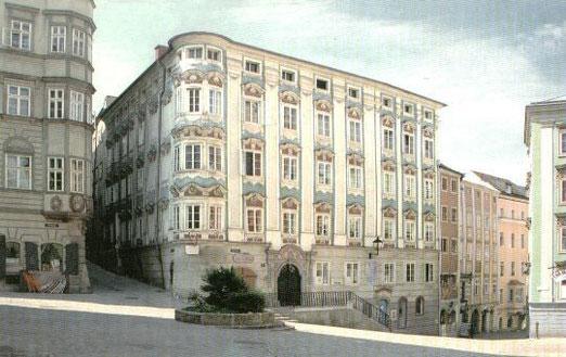 Altes Apothekerhaus - Galerie Hofberg 10 - Atelier Manfred L. KOUTEK (geschlossen im Jahr 2008)  EINGANG zum ATELIER KOUTEK - hellblaue Türe  neben Stiegengeländer ....!!!!! ♣