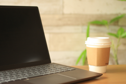テーブルのうえの2本の万年筆。花柄とレトロ模様。