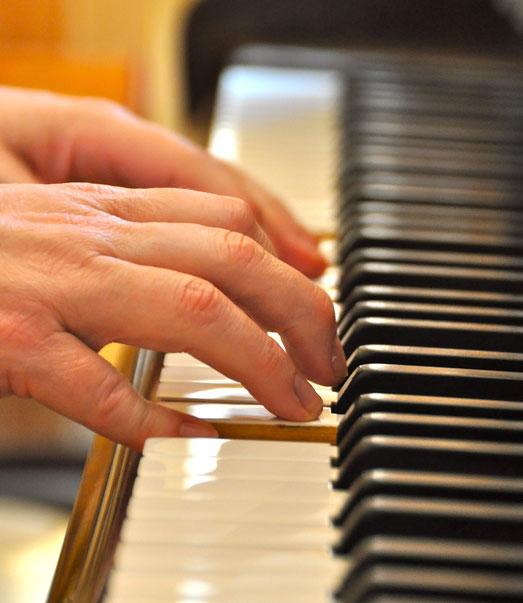 Klavier spielen lernen - Die Hände von der Tastenflüsterin auf den Klaviertasten.