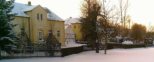 links vorn im Bild: ehemaliges Bahnhofsrestaurant und heutiger Kindergarten