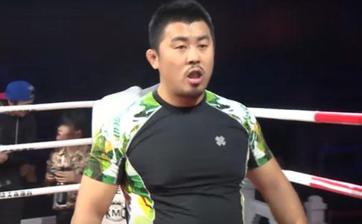 Auf dem Bild ist Xu Xiaodong zu sehen, wie er im Boxring steht.
