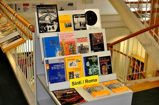 """Büchertisch zum Thema """"Sinti und Roma"""" in der Stadtbücherei Nürtingen. Foto: Manuel Werner, 15. Juni 2013, mit freundl. Genehmigung d. Stadtbücherei Nürtingen"""