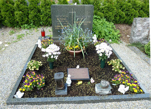 Inschrift und Symbolik auf dem Grabstein des Grabes mit der Urne von Josef Reinhard und anderer Familienmitglieder in Burladingen, Foto: Manuel Werner, alle Rechte vorbehalten!