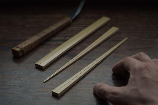 削るまえと削ったあとの白竹の箸