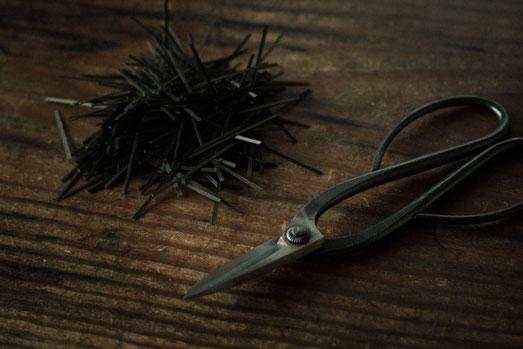竹籠の編みはしを鋏で切る