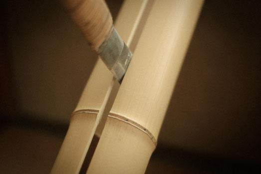 マダケの白竹を鉈で半割りにする