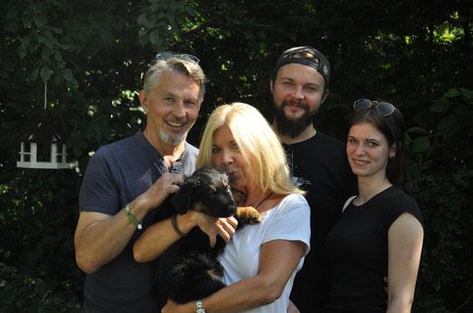 Umea mit ihrer neuen Familie: Michael, Marion, Yannick und Marlies