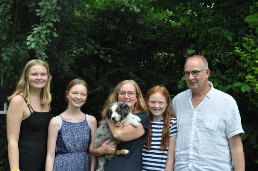 Ulevi mit seiner neuen Familie: Stefanie & Christoph mit ihren drei Töchtern
