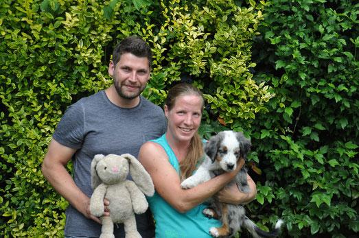 Ufo mit seiner neuen Familie: Claudia und Markus mit Hündin Melly
