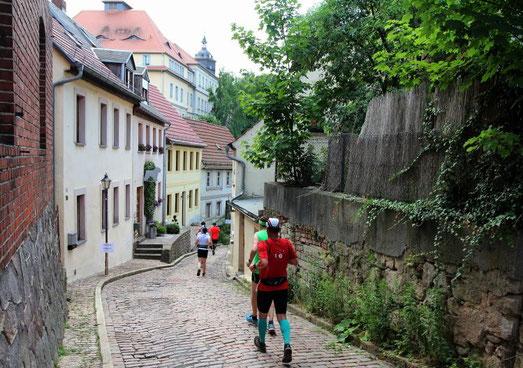 Udo auf dem Kopfsteinpflaster in Richtung Altstadt