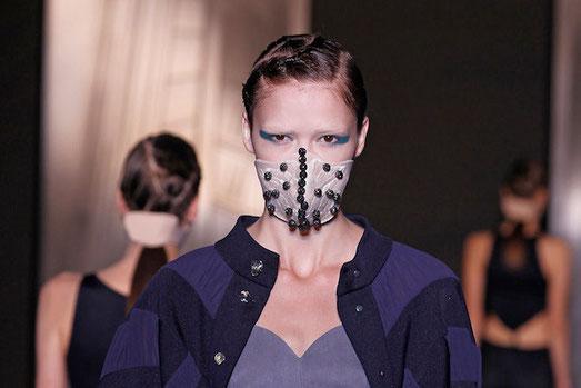 'Smog Couture' Premiere auf der China Fashion Week von Designer Yin Peng
