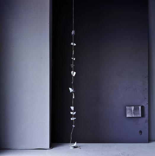 Vase, 2011, Objekt, zerbrochene Porzellanvase / Installationsansicht, Blue Banana, Prater Hauptallee 2a, Wien