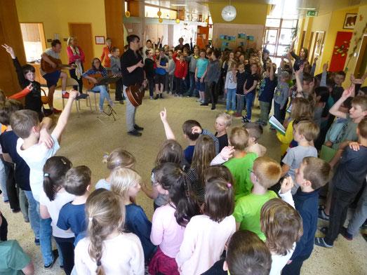 Gemeinsames Singen mit allen Klassen jeden Montag...wunderbar (-: