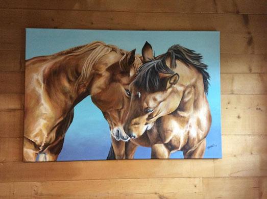 Das Pferdegemälde kommt an der Holzwand besonders schön zur Geltung