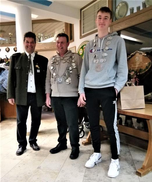 Schützenmeister Jakob Falkenburger, Schützenkönig Roland Peschke und Jugendkönig Niclas Speth (von links nach rechts)