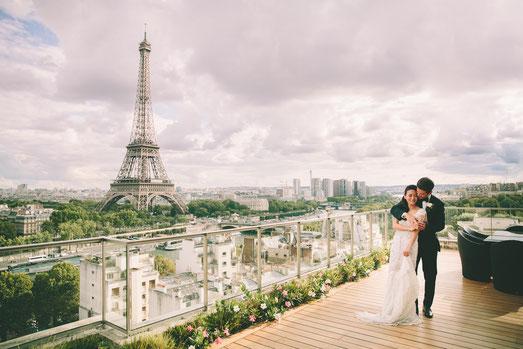 Терраса роскошного отеля с видом на Эйфелеву башню идеально подойдет для проведения церемонии вдвоем или с гостями
