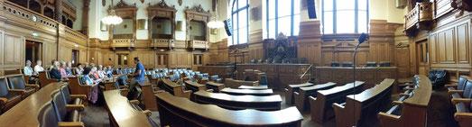 Diskussion im Plenarsaal