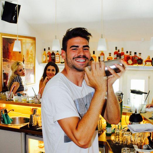 Lachender Barkeeper beim shaken im Barkurs
