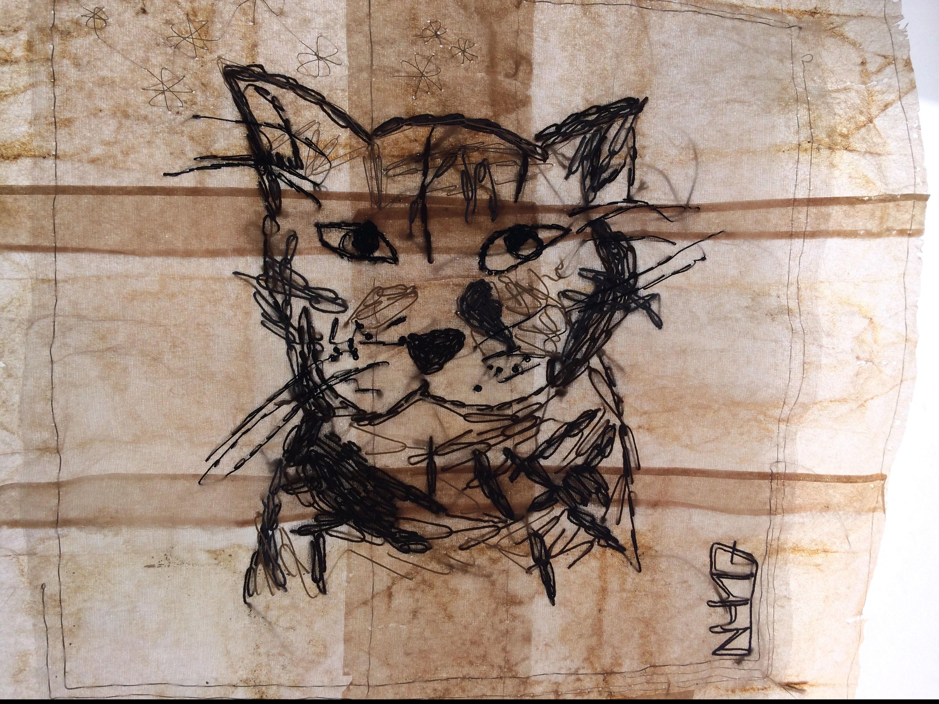 """Für Jean: """"Wilder Berglöwe, zum Sprung sich duckend"""" von Nadja Hormisch; Detail einer handbestickten Fahne aus Abacapapier und Seide, Motiv nach einer Katzenskizze von Jean Lessenich"""