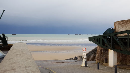 la plage d'Arromanches et les vestiges du port artificiel aménagé lors du Débarquement