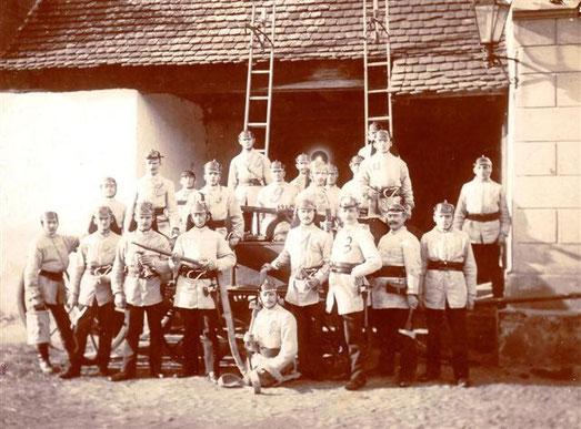Gründungsphoto Mai 1898. An der Durchfahrt Turmgebäude (phot. E.O.v. Houwald).