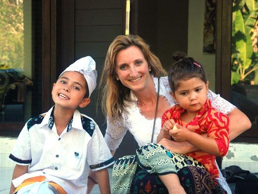 In traditionale Balinese kledij op West Bali tijdens familie bezoek