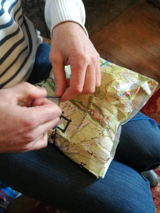 Emballage cadeau : de vieilles cartes de randonnées et zéro scotch s'il vous plait ! de la petite cordelette et oui oui elle resservira l'année prochaine !