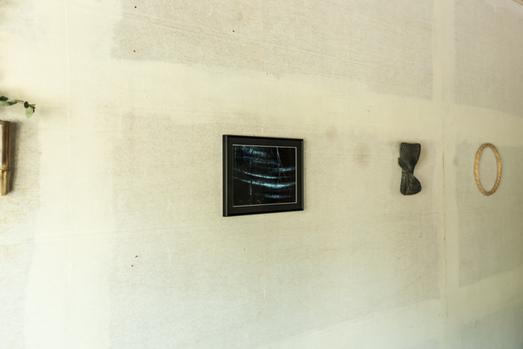 はじめての写真作品や竹の造形物を壁に