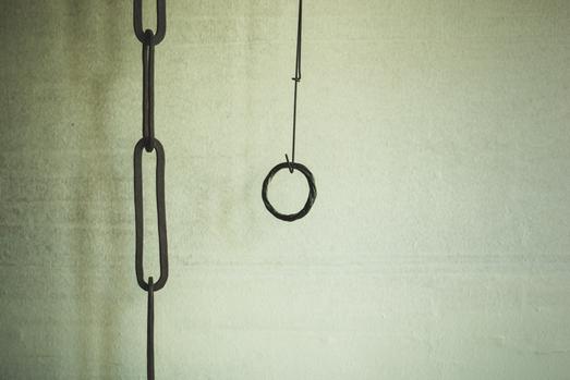 歪な鉄製の連環と、ねじれ練られた竹の輪