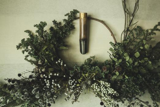 金箔銀箔の装飾を施した竹の花入をリースに添えて