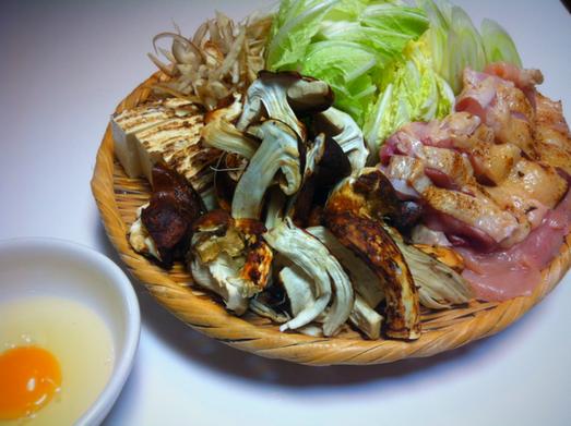 調理法をいろいろ考えた末、すき焼きに決めました。 松茸を全面に押し出したいので鳥肉であっさりと、。