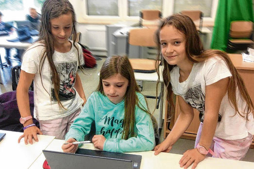 Spaß am Umgang mit dem Tablet haben Marie, Charlotte und Sophie.