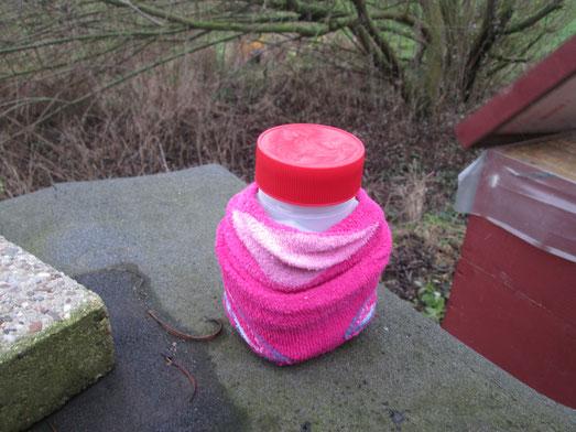 Ein paar alte Kindersocken halten die Flüssigkeit wohltemperiert.