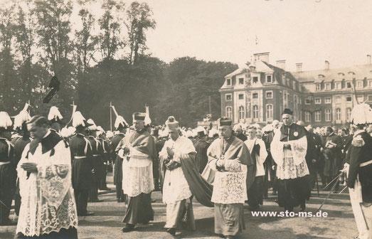 Nach der Kundgebung - Bildmitte der Apostolische Nunius, rechts der spätere Bischof Clemens August Graf von Galen