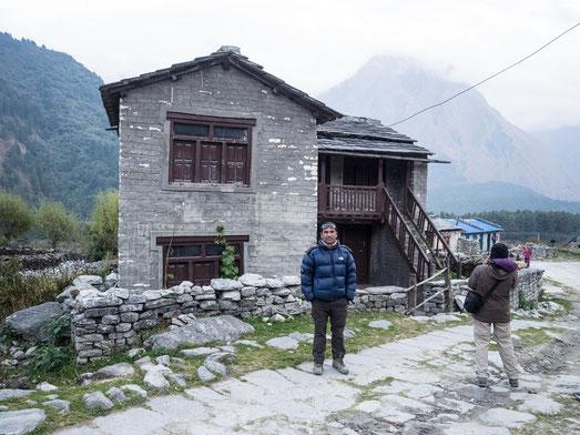 Unser Guide Hari stolz vor seinem Haus in Kalopani