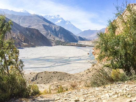Blick auf den Kali-Gandaki, der zur jetzigen Jahreszeit nur ein Rinnsal ist.
