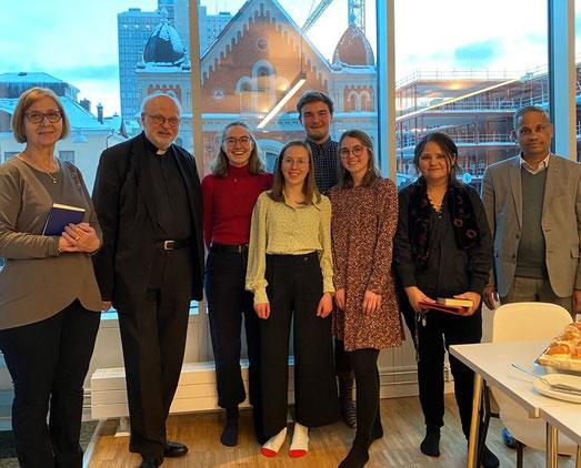 Gruppenfoto mit dem Bischof und allen von der Caritas