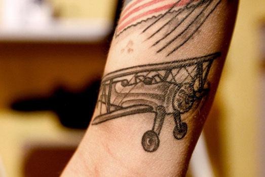 Tattoo gegen Angst, Propellerflugzeug, Flugzeug, Tattoo