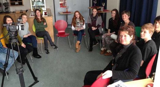Schülerinnen und Schüler des Jahrgangs 9 mit Frau Schreck und ihrer Lehrerin Frau Kartschall im Café des Arbeitstherapeutischen Zentrums