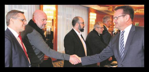 Hand drauf in Hannover: VW-Personalchef Martin Rosik (rechts) und der Betriebsratsvorsitzende Bernd Osterloh bei den Verhandlungen.